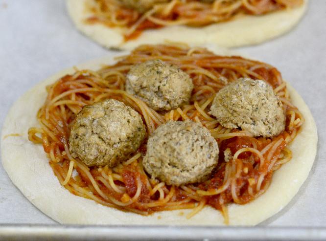 Mini Spaghetti and Meatball Pizza Pies recipe ay Pinkcakeplate